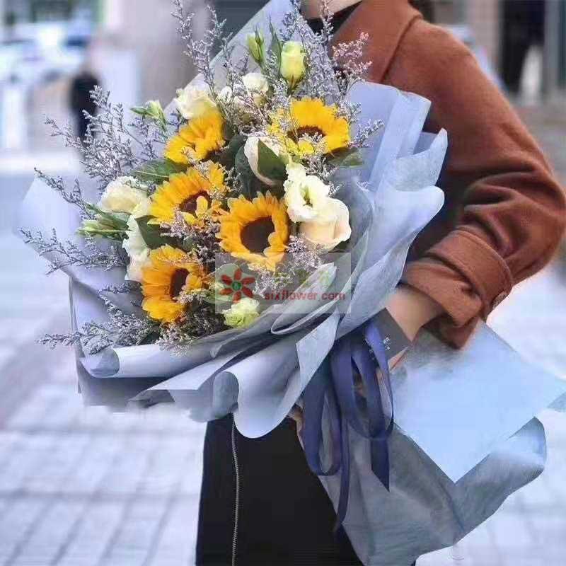 5朵向日葵,3朵香槟玫瑰,桔梗搭配,情人草、栀子叶丰满