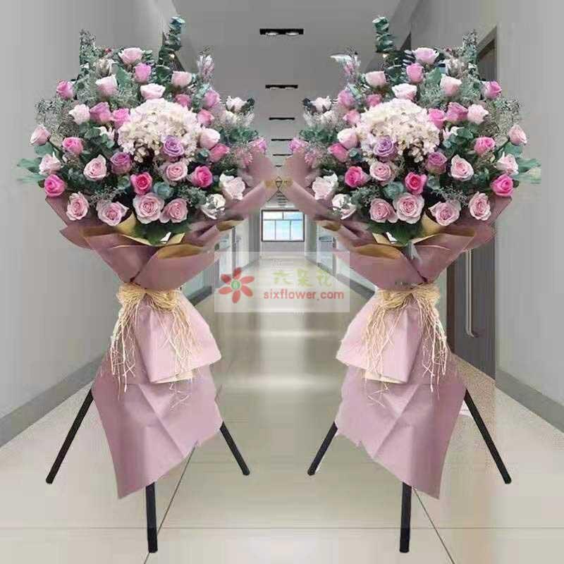 30朵粉色、紫色玫瑰混搭,一只绣球花,配草丰满,尤加利点缀