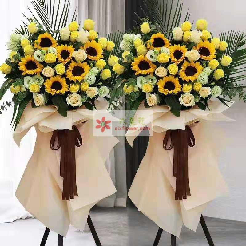 20朵黄玫瑰,8朵香槟玫瑰,6朵向日葵,16朵桔梗,散尾葵、配叶搭配