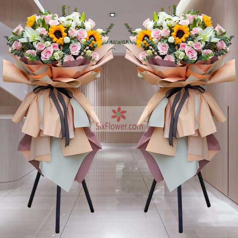 30朵粉玫瑰,6朵向日葵,6朵白色百合,桔梗搭配,尤加利丰满;
