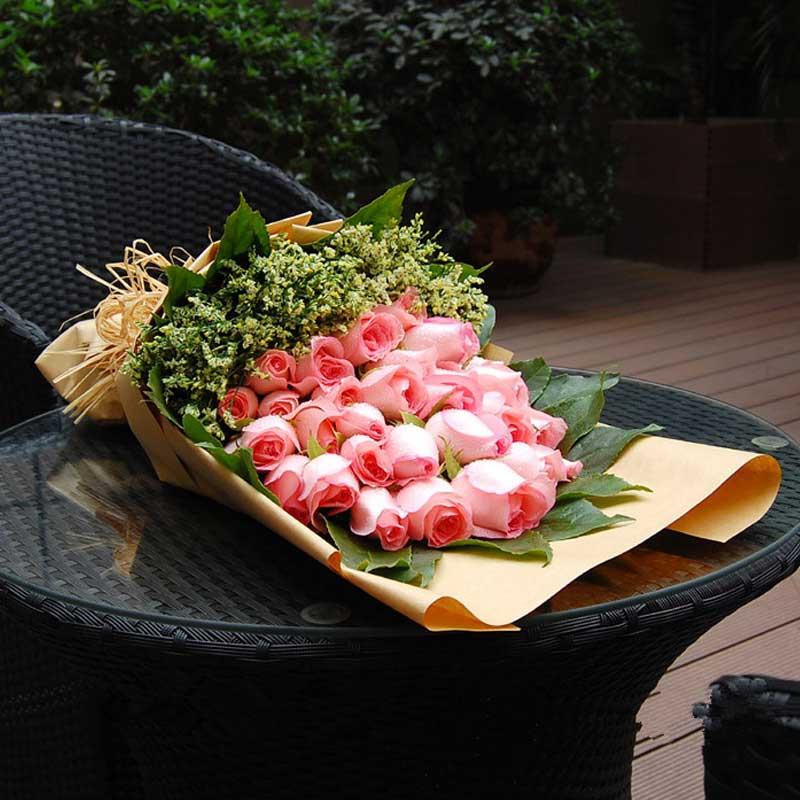 33枝粉玫瑰,黄莺、绿叶搭配