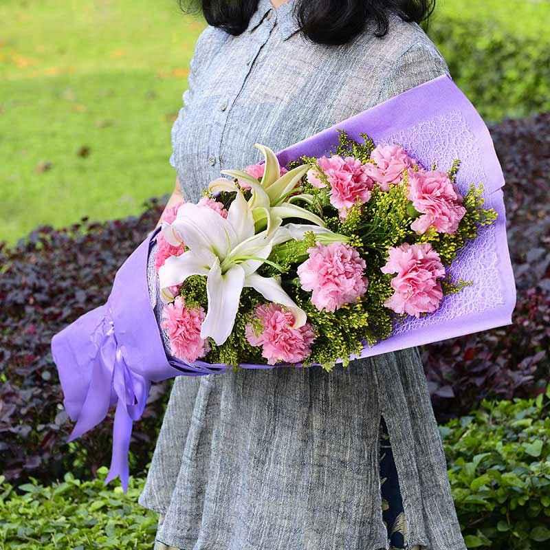 11枝粉色康乃馨、1枝百合花、黄英搭配;