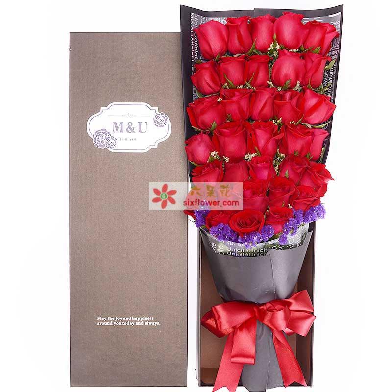 33枝红玫瑰、勿忘我满天星点缀;