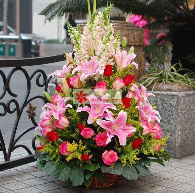 红玫瑰30枝,粉色多头香水百合6枝,粉玫瑰30枝,搭配金鱼草 剑叶 黄莺 八角叶;