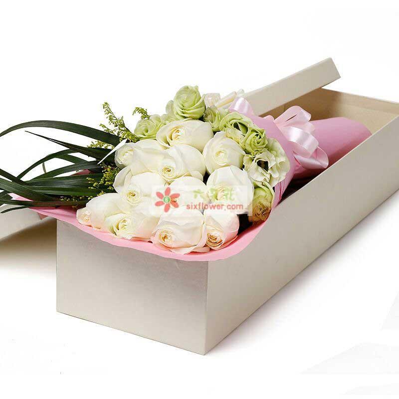 11枝极品白玫瑰,桔梗、黄莺,绿叶等点缀搭配