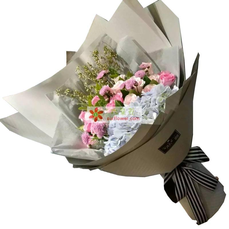 11枝粉色玫瑰,9枝香槟玫瑰,1个绣球花
