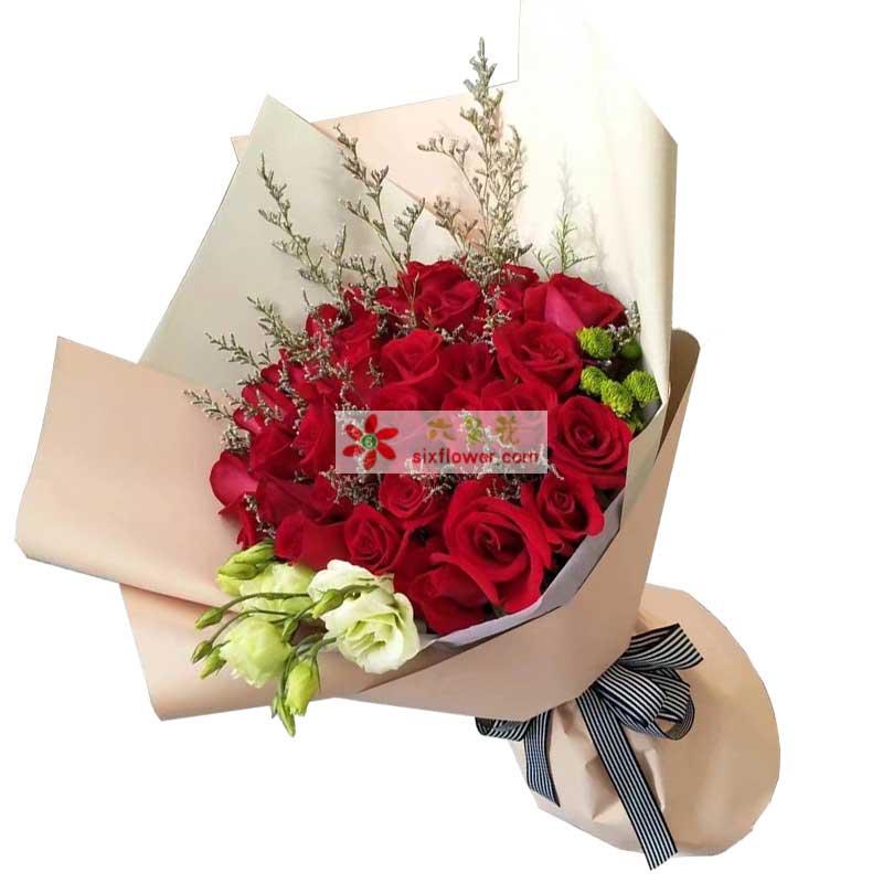29枝红色玫瑰,情人草点缀,桔梗、绿色小雏菊搭配;