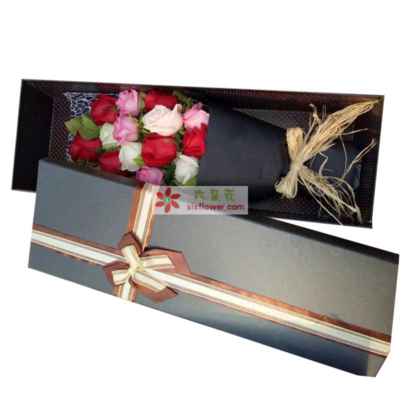 红色、粉色、白色共计12枝玫瑰,黄英搭配