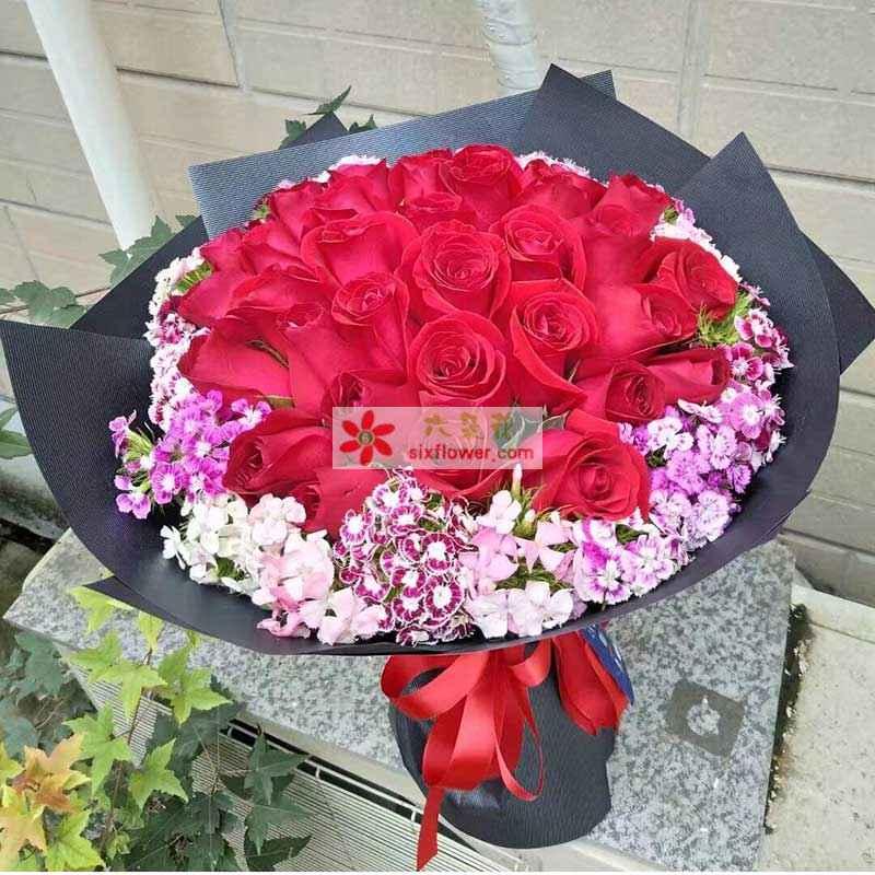 30枝红玫瑰,外围相思梅点缀