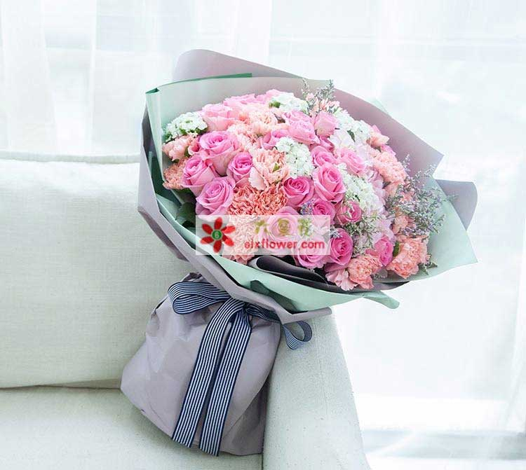 33枝苏醒玫瑰,浅粉色康乃馨33枝,1只粉绣球,白色石竹梅5枝,情人草点缀