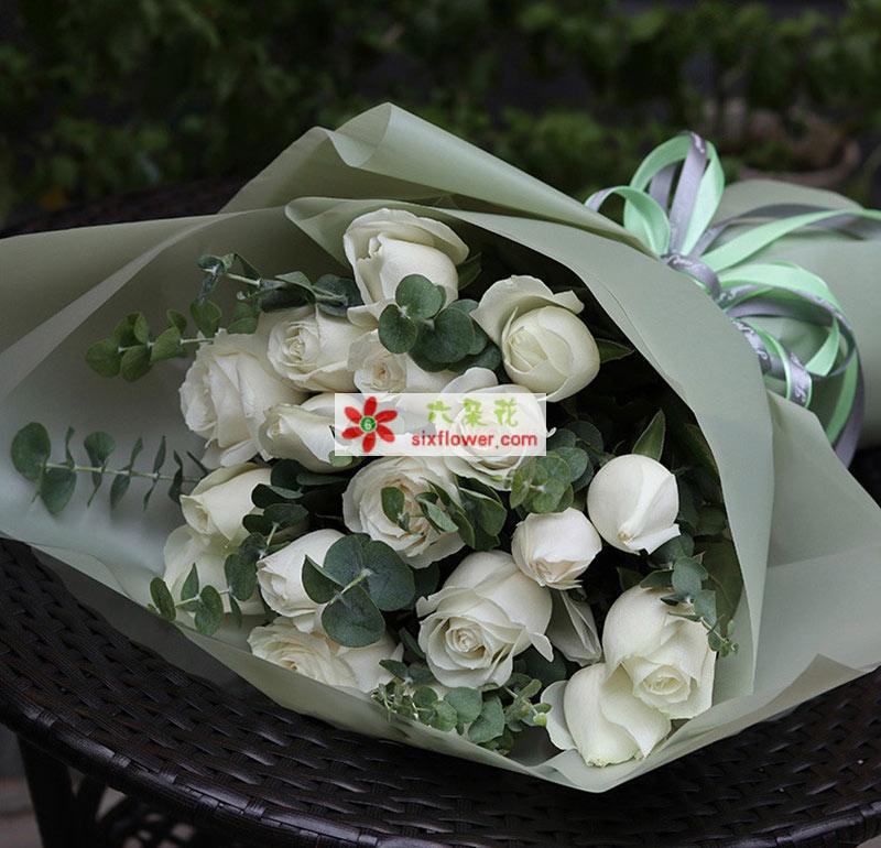 19枝白玫瑰,尤加利点缀