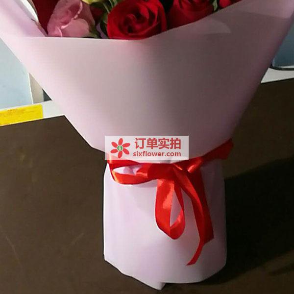 武汉东湖高新技术开发区南湖大道送花