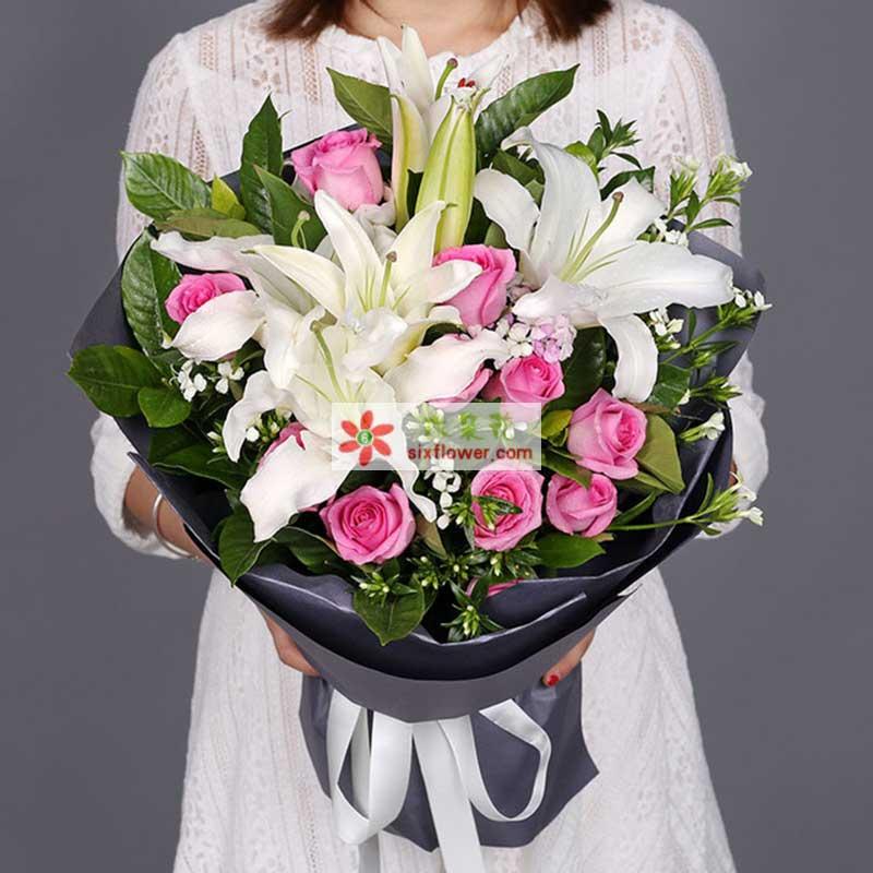 11枝苏醒玫瑰,2枝白多头香水百合,白色相思梅、栀子叶丰满;