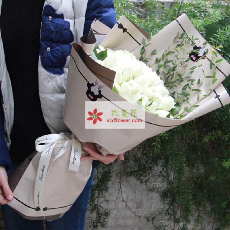 33枝白玫瑰,栀子叶+配叶等搭配