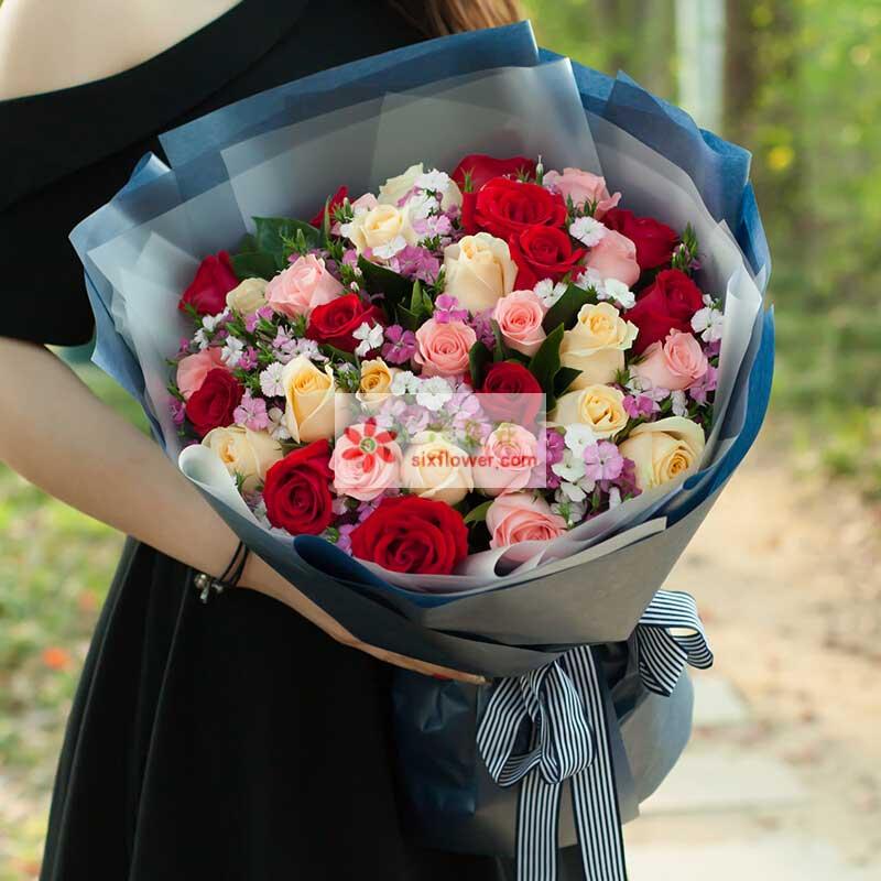 33枝玫瑰,其中12枝红玫瑰、12枝香槟、9枝戴安娜玫瑰,相思梅丰满