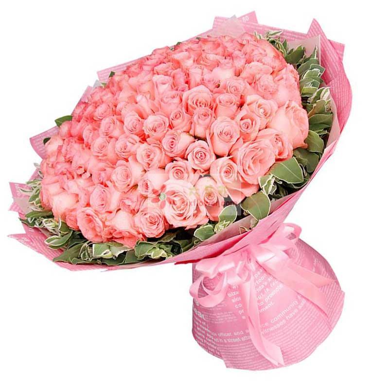 99朵戴安娜粉玫瑰,周围叶上金(或栀子叶)搭配