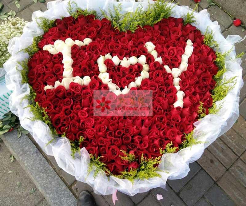 """365朵玫瑰,其中白玫瑰65朵组成""""IOY""""字样,300朵红玫瑰"""