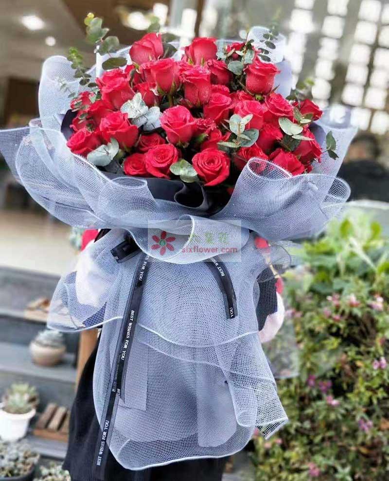 36朵红玫瑰,尤加利、配叶丰满
