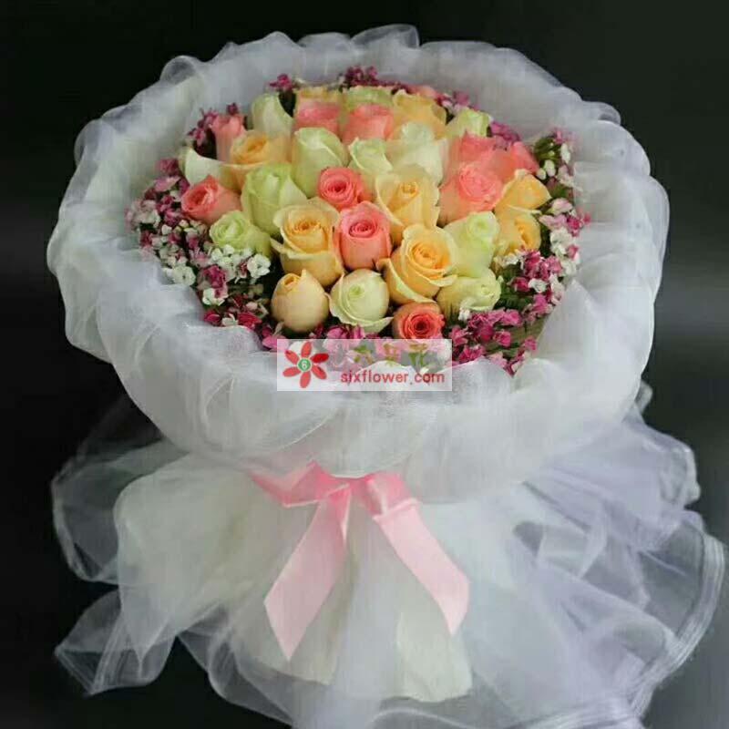 33枝玫瑰(戴安娜、白色、香槟色玫瑰),周围相思梅丰满