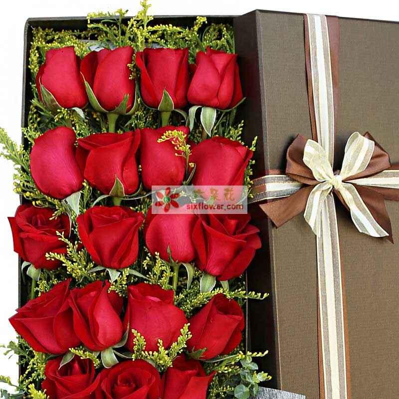 精选19枝红玫瑰,加拿大黄莺、尤加利搭配;