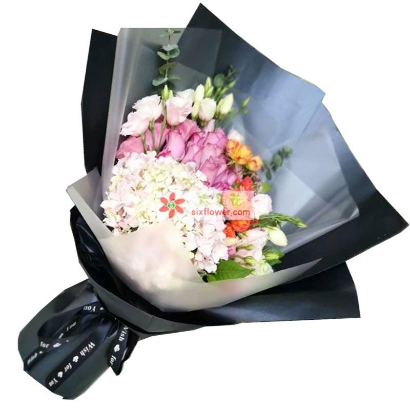 19枝紫色玫瑰,19枝白色桔梗,1个绣球花,尤加利、橙色扶朗、配叶搭配