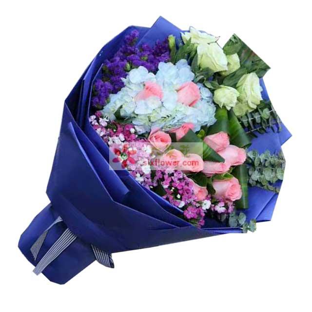 11枝粉色玫瑰,1枝蓝色绣球,紫色勿忘我、粉色相思梅、桔梗、巴西叶、叶上花搭配