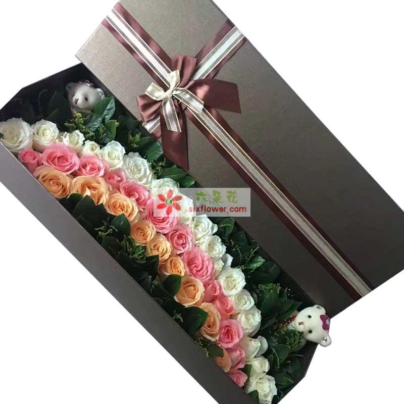 17枝白色玫瑰、13枝粉色玫瑰、9枝香槟色玫瑰,组成彩虹的样式,绿叶黄英点缀,2个小熊