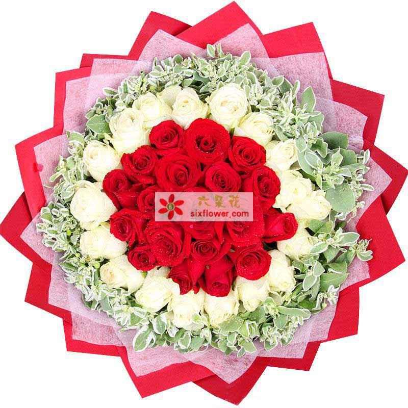 19枝白色玫瑰围一圈,17枝红色玫瑰放中间,周围叶上花或尤加利丰满