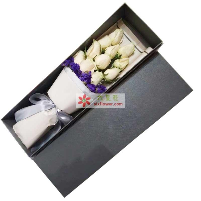 11枝白色玫瑰,紫色勿忘我搭配