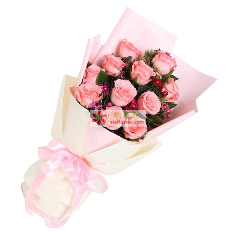 11枝戴安娜粉玫瑰,搭配混色石竹梅(若石竹梅短缺用相思梅或类似配草)、栀子叶