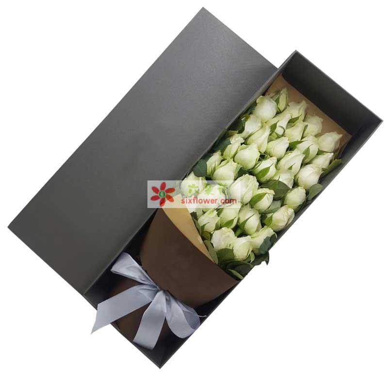 33枝白色玫瑰,橛子叶点缀