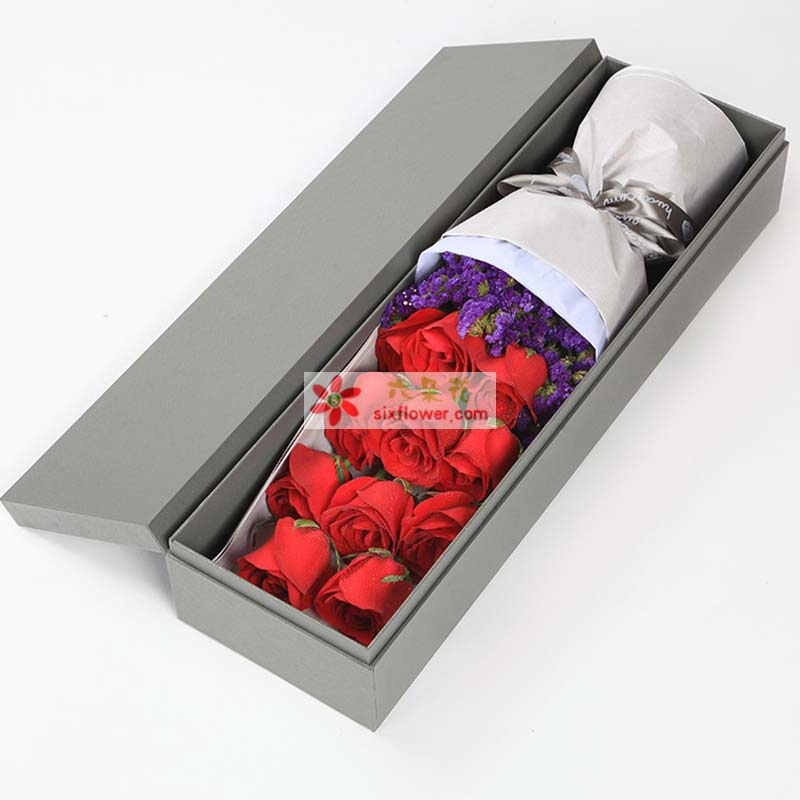 11枝红玫瑰,深紫色勿忘我搭配