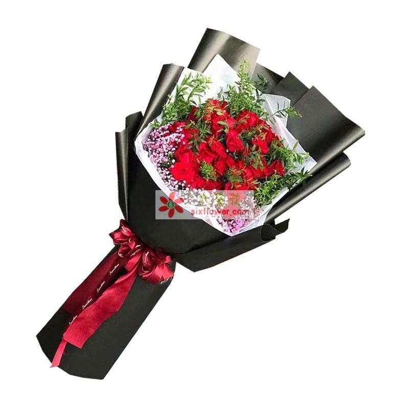 33枝红色玫瑰,粉色满天星(或相思梅)、配草丰满;