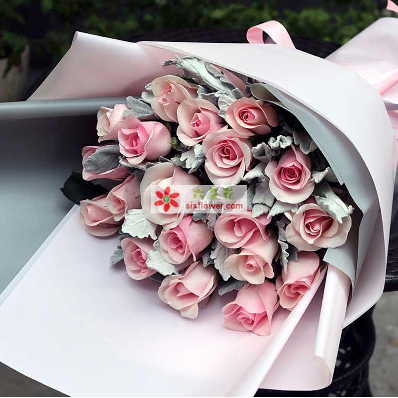 19枝粉色佳人玫瑰,银叶菊丰满(或其他类似配草)