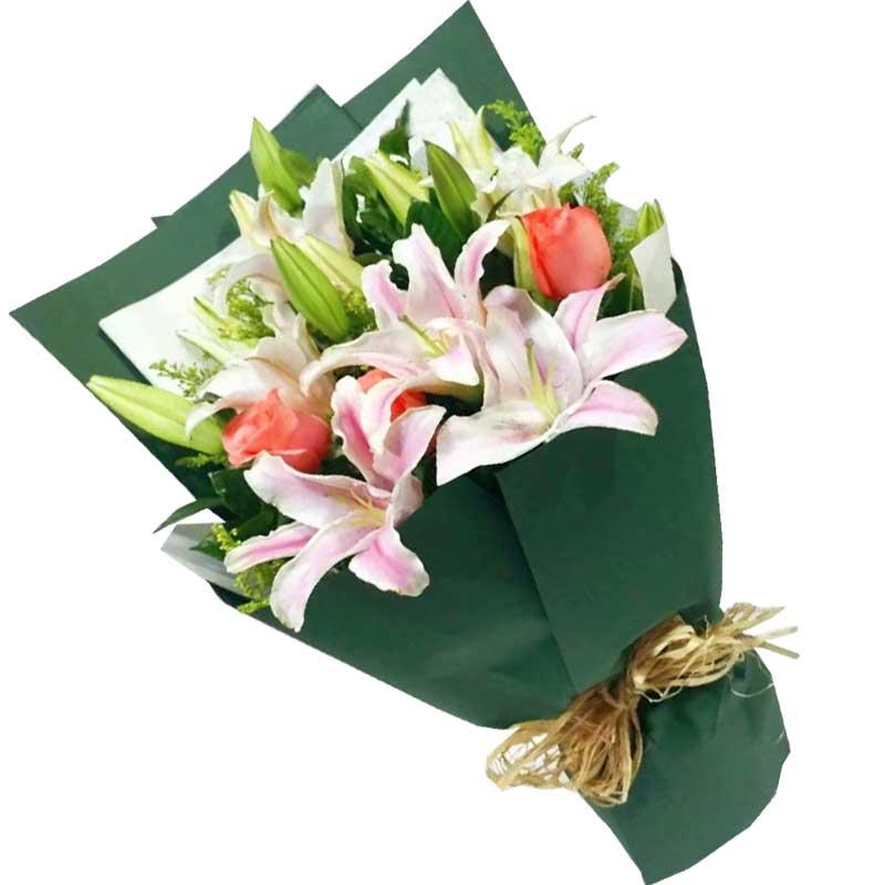 3枝艳粉玫瑰,6枝粉色多头百合,黄英点缀