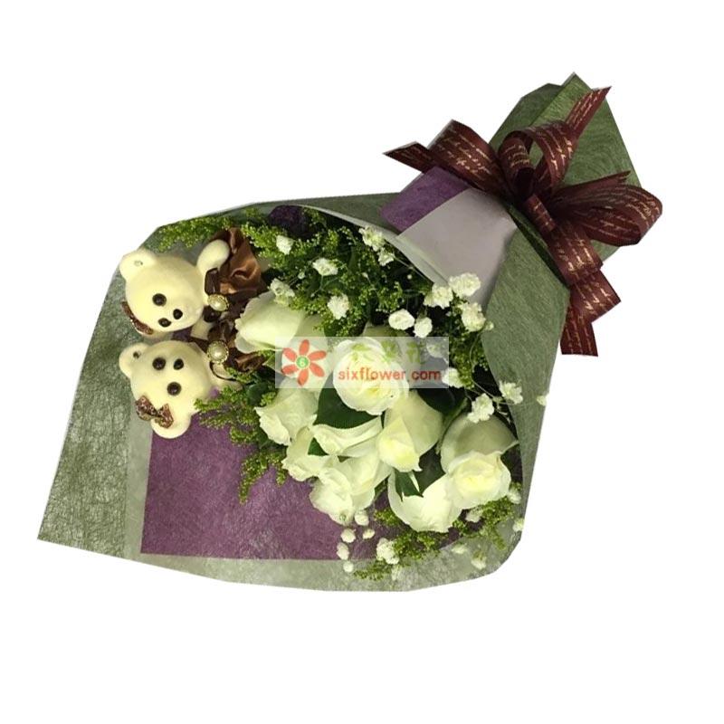 11枝白色玫瑰,满天星、黄英点缀,2个小熊;