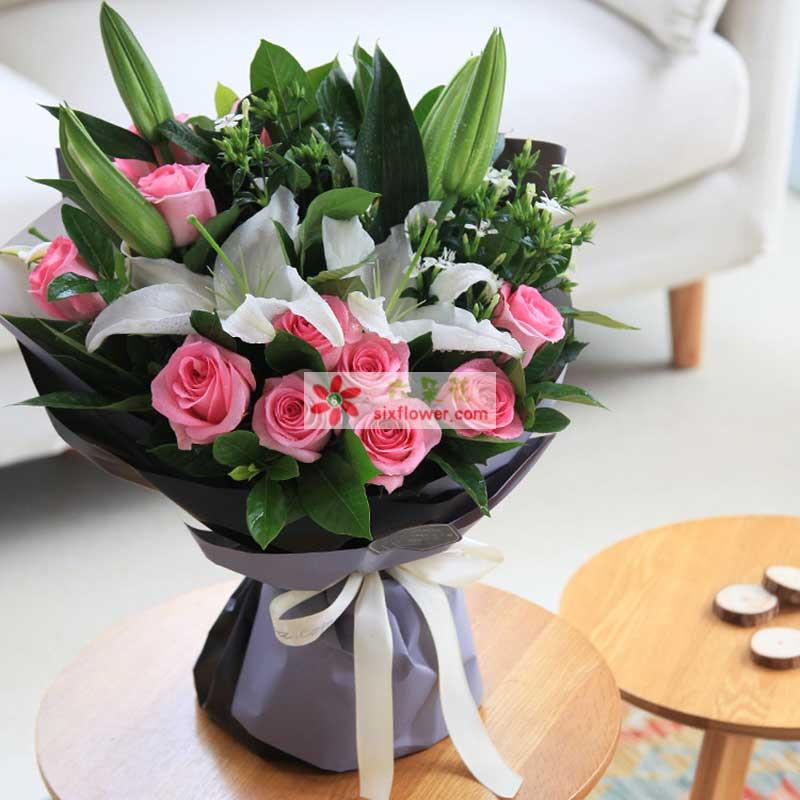 11枝戴安娜粉玫瑰,白色多头香水百合2枝,白色相思梅、栀子搭配