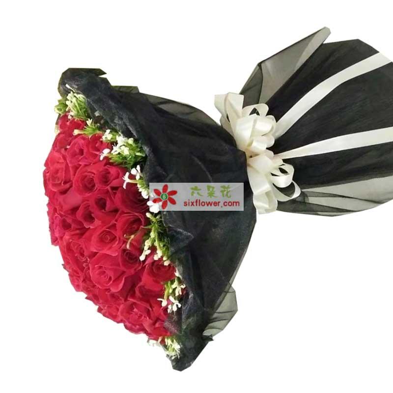 51枝红色玫瑰,周围白色相思梅点缀;