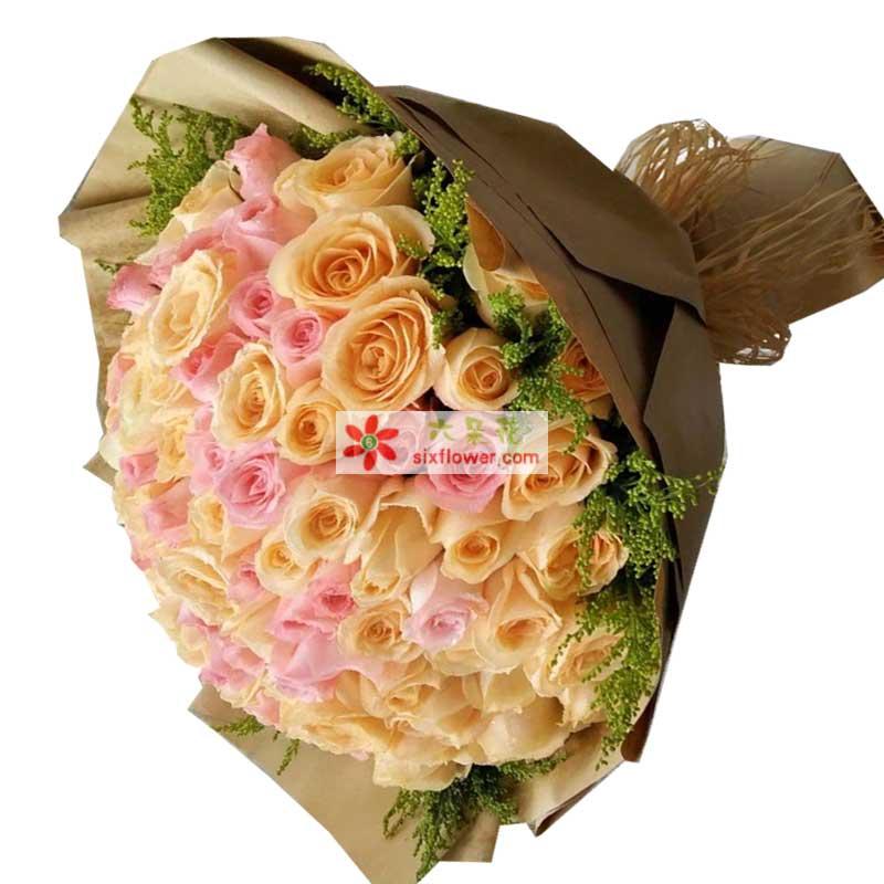 99枝玫瑰,其中香槟色、粉色玫瑰混搭,周围黄英点缀