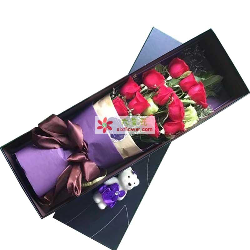 11枝红色玫瑰,2只桔梗,配叶、情人草点缀,一个小熊;