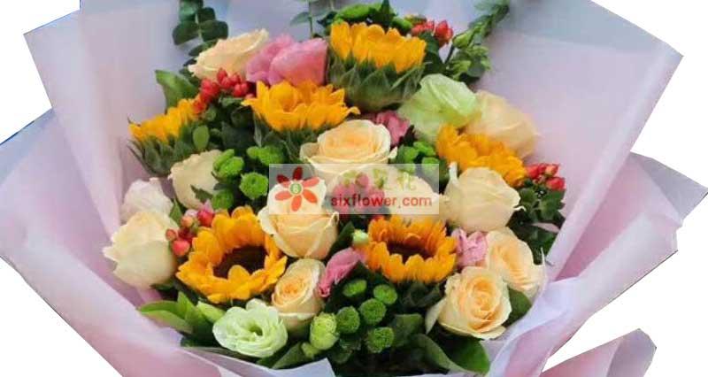 6枝向日葵,11枝香槟玫瑰,6枝粉白桔梗,尤加利、小雏菊、红豆点缀