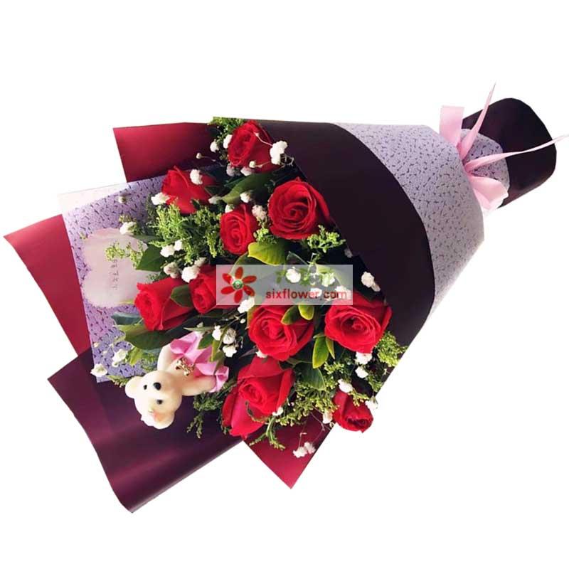 11枝红色玫瑰,满天星、黄英、橛子叶丰满,小熊一个